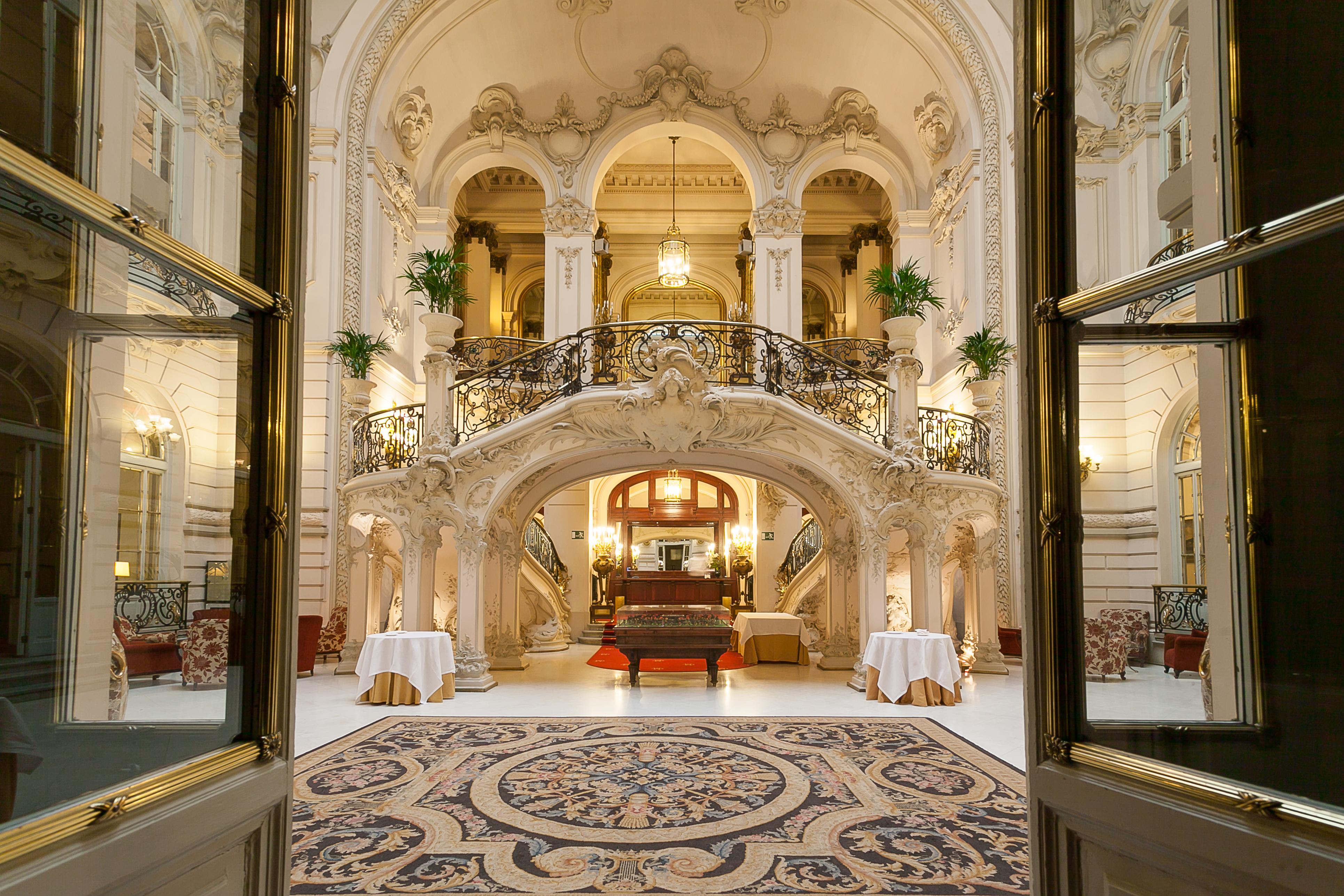 Escaleras de entrada al Casino de Madrid
